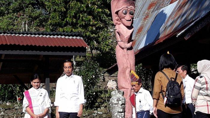 presiden jokowi dan ibu negara iriana saat meninjau kampung siallagan